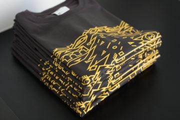 Černá trička se žlutým potiskem